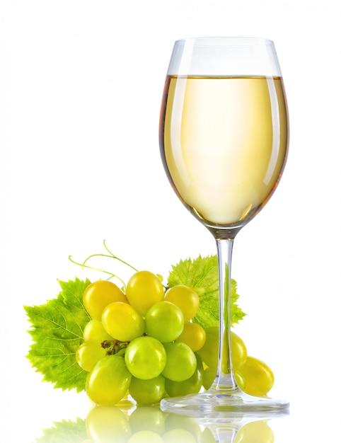 Glas weißwein und ein bündel reife trauben lokalisiert Premium Fotos