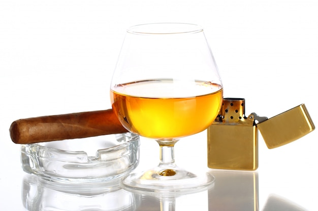 Glas whiskey und zigarre Kostenlose Fotos