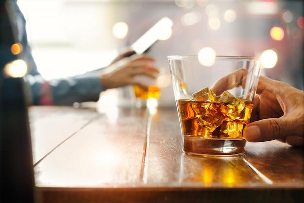 Glas whisky auf einem tisch Premium Fotos