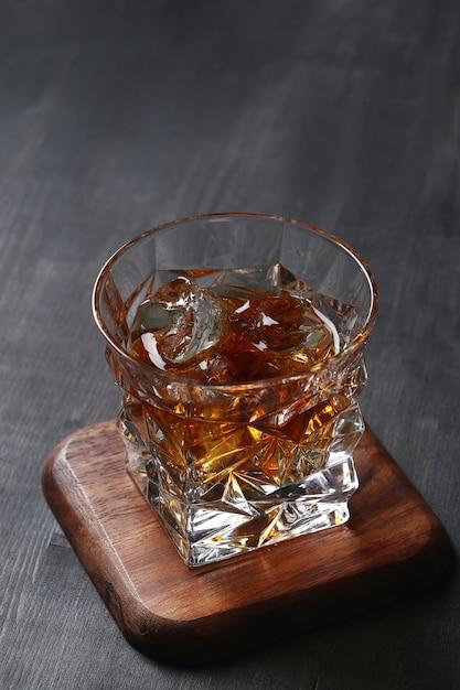 Glas whisky oder bourbon, nur mit eis Kostenlose Fotos