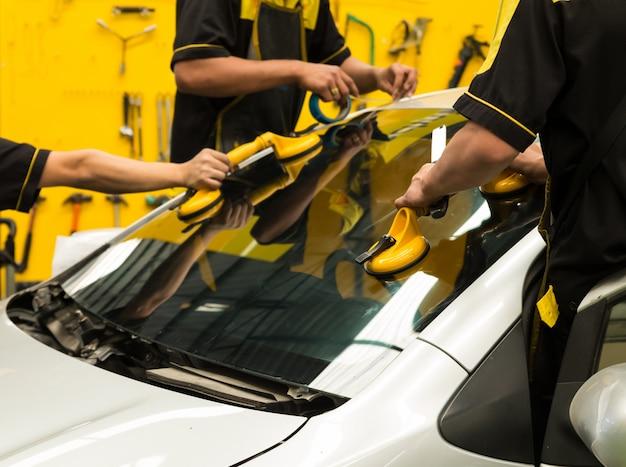 Glaser repariert windschutzscheibe des autos Premium Fotos