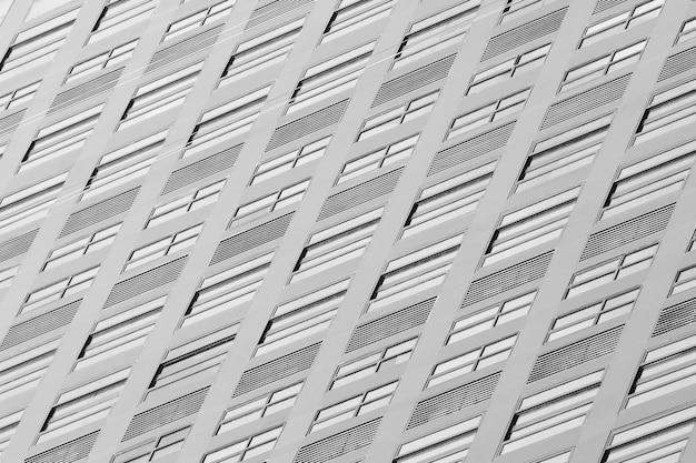 Glasfenster des zeitgenössischen wolkenkratzers - monochrom Premium Fotos