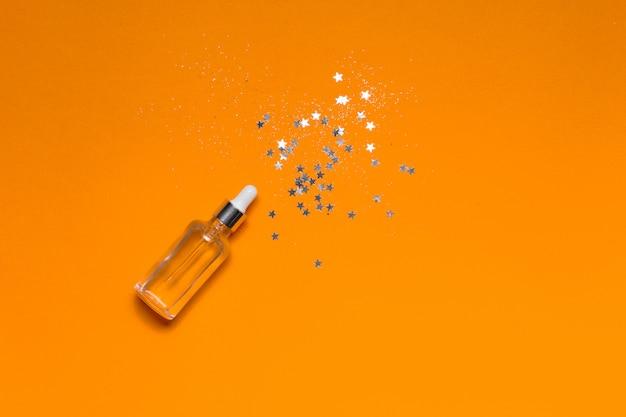 Glasflasche mit flüssigem kollagen und hyaluronsäure, feuchtigkeitsspendende haut. Premium Fotos