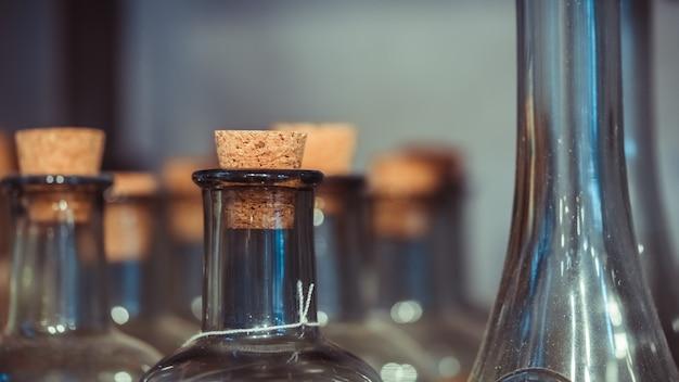Glasflaschen mit hölzernem korken Premium Fotos