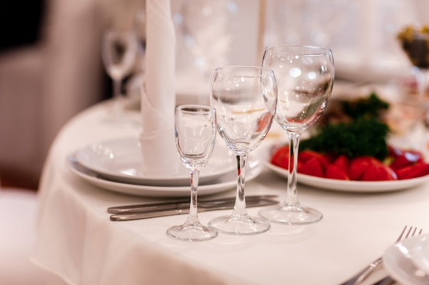 Glasgläser auf dem tisch. weinrestaurant serviert romantik schönes konzept alkohol glas Premium Fotos