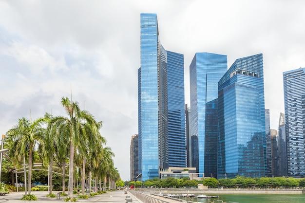 Glashohe wolkenkratzer in der mitte von singapur auf der ufergegend. Premium Fotos