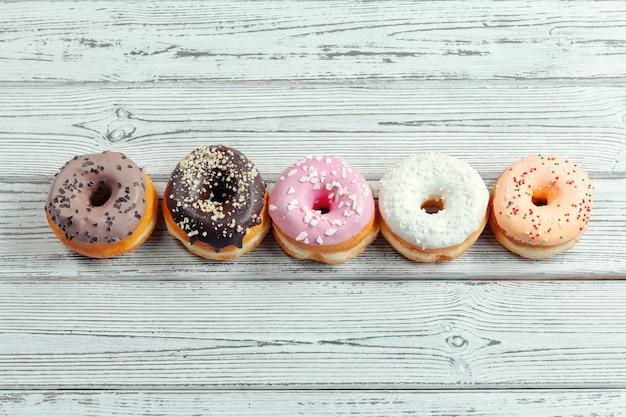 Glasierte donuts auf holz Premium Fotos