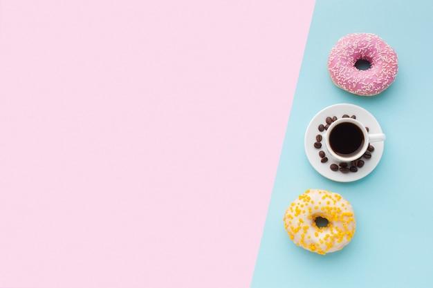 Glasierte schaumgummiringe mit draufsicht des kaffees Kostenlose Fotos