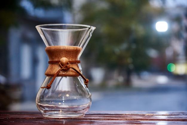 Glaskrug auf unscharfem hintergrund. Premium Fotos