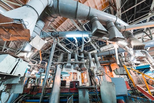Glasproduktionsarbeiter, der mit industrieausrüstung auf fabrik arbeitet Premium Fotos