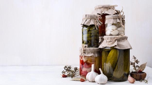 Glassortiment mit gepflücktem gemüse Premium Fotos