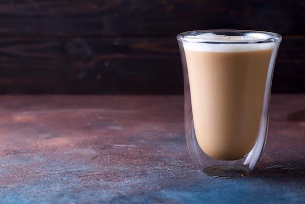 Glastasse kaffee latte auf dunkler steintabelle Premium Fotos