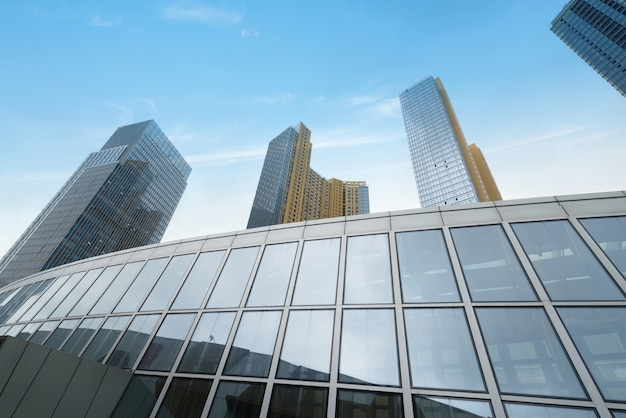 Glaszwischenwand des wolkenkratzers im finanzzentrum Premium Fotos