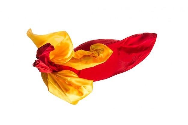Glattes, elegantes, transparentes, gelbes, rotes tuch an der weißen wand. Kostenlose Fotos