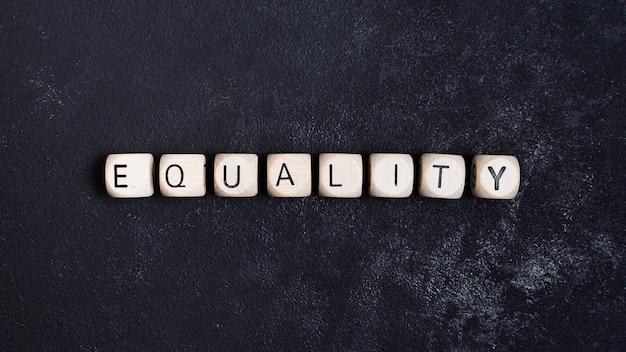 Gleichheitskonzept geschrieben in hölzerne würfel Kostenlose Fotos
