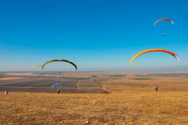 Gleitschirm fliegen in den himmel an einem sonnigen tag in koktebel Premium Fotos