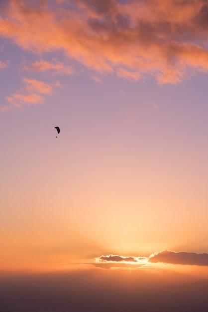 Gleitschirm shilouette bei sonnenuntergang Premium Fotos