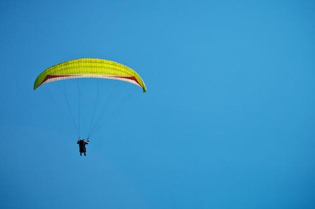 Gleitschirmfliegen entlang der wunderschönen küste. Premium Fotos