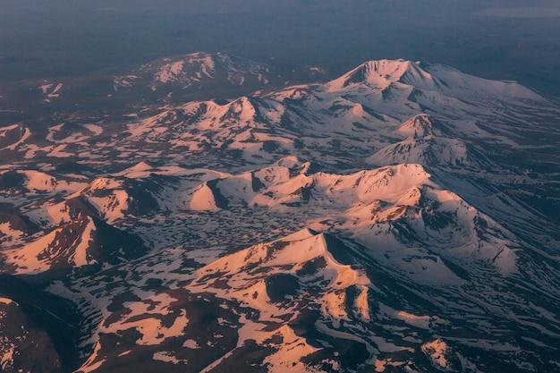 Gletscher auf der spitze der berge relief mit licht und schatten Kostenlose Fotos
