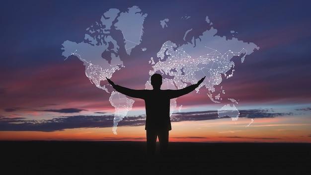 Globales netzwerk-konzept. männliches schattenbild mit abstrakter karte Premium Fotos