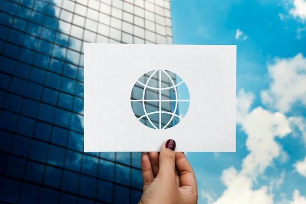 Globalisierte netzwerk-technologie perforierte papier globus Kostenlose Fotos