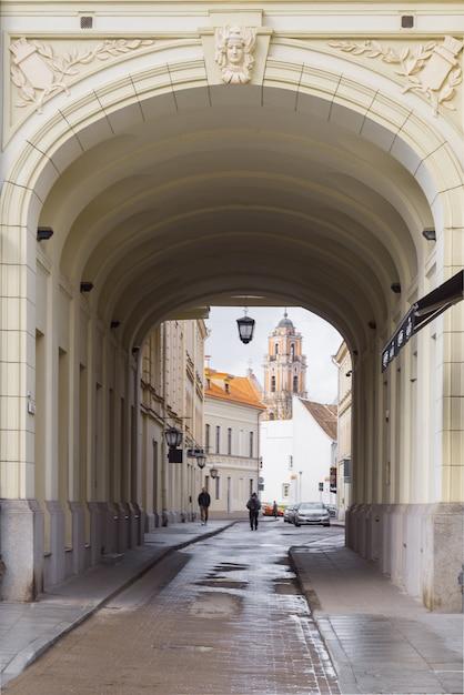 Glockenturm der johanneskirche blick durch den bogen, vilnius, litauen Premium Fotos