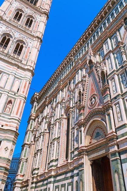 Glockenturm der kathedrale der heiligen maria der blume. Premium Fotos