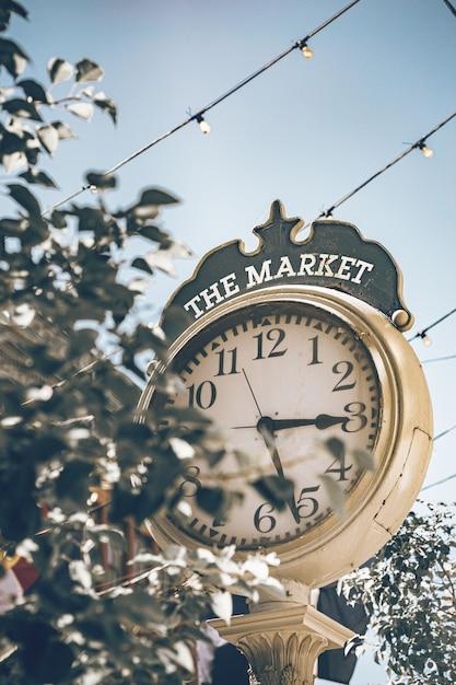 Glockenturm in der historischen straße von denver an einem sonnigen tag und an einem blauen himmel. Premium Fotos
