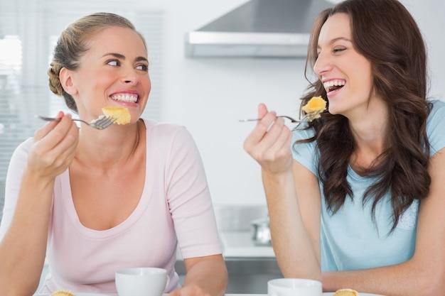 Gluckliche Freunde Die Kuchen Essen Und Kaffee Trinken Download