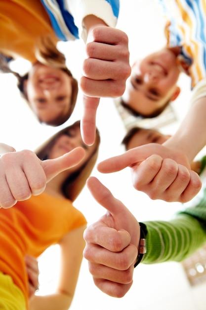 Glückliche Gruppe Freunde mit den Daumen oben Kostenlose Fotos