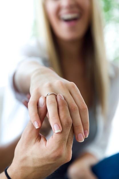 Gluckliche Junge Frau Weil Ihr Freund Einen Verlobungsring Gibt