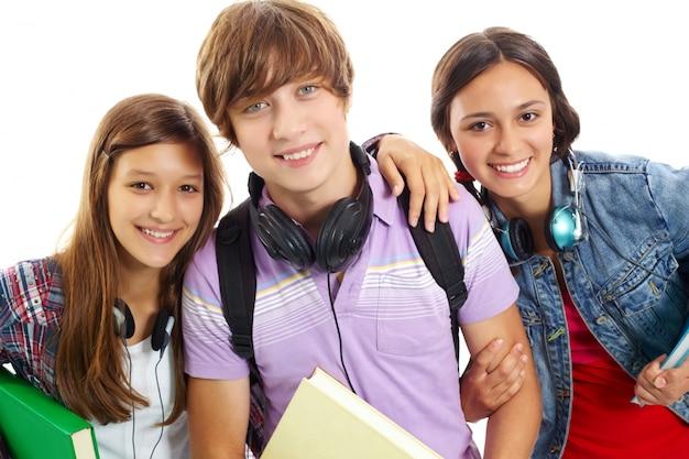Glücklicher Junge, umgeben von Mädchen Download der kostenlosen ...