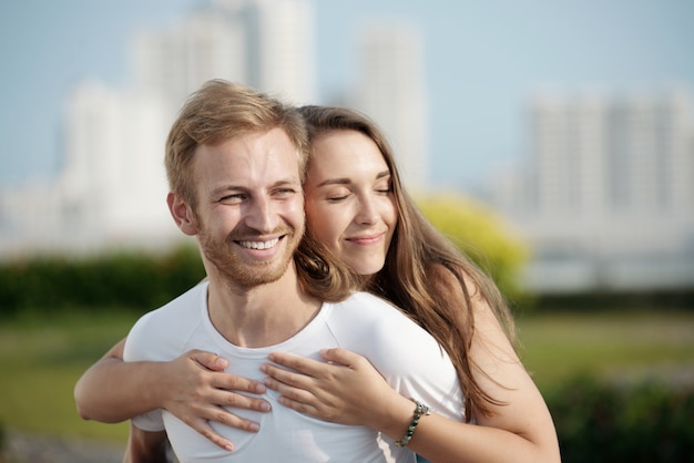 Glücklich in ihrer umarmung Kostenlose Fotos