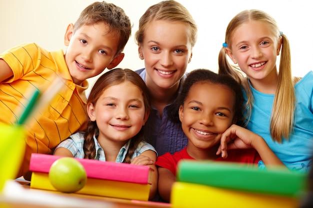 Glücklich lehrer mit ihren grundschülern Kostenlose Fotos