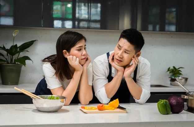 Glücklich von asiatischen paaren koch, der in der küche kocht. Premium Fotos