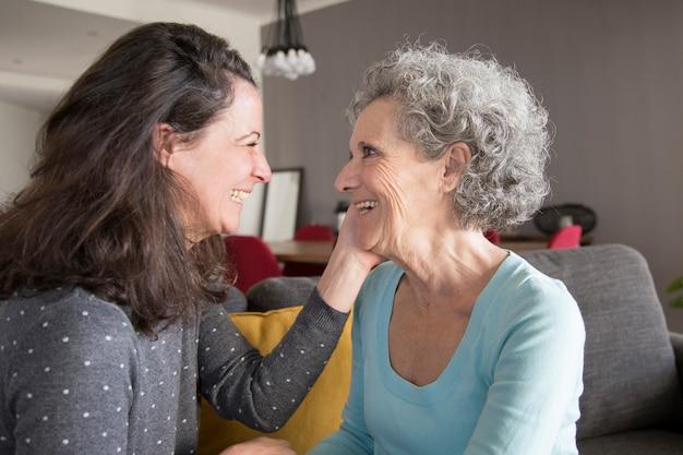 Glückliche ältere frau und ihr tochterplaudern Kostenlose Fotos