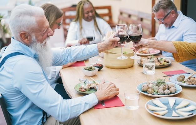 Glückliche ältere leute, die am sonntag feiern Premium Fotos