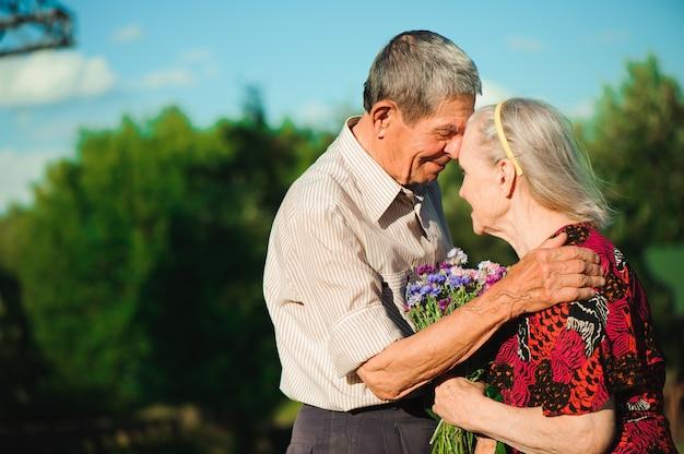 Glückliche ältere paare an der natur, glückliche alte leute Premium Fotos