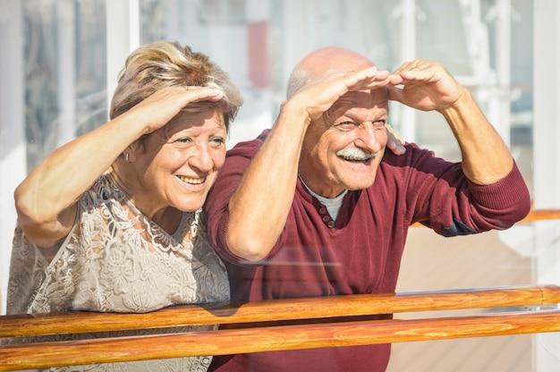 Glückliche ältere paare, die den spaß schaut zur zukunft haben Premium Fotos