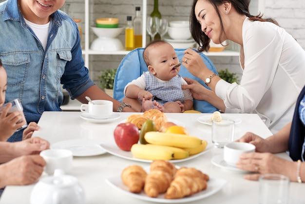 Glückliche asiatische familie beim frühstück Kostenlose Fotos