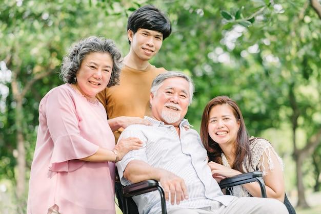 Glückliche asiatische familie, die eine gute zeit hat Premium Fotos
