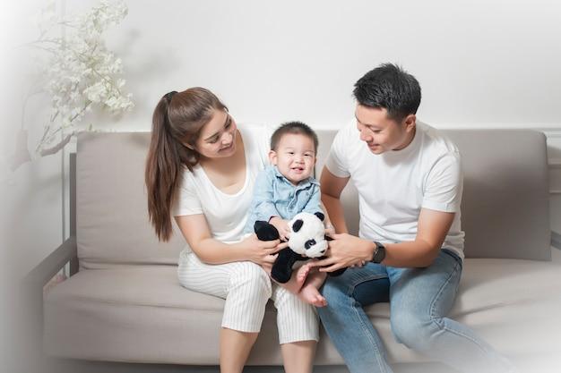Glückliche asiatische familie genießen mit sohn zu hause Premium Fotos