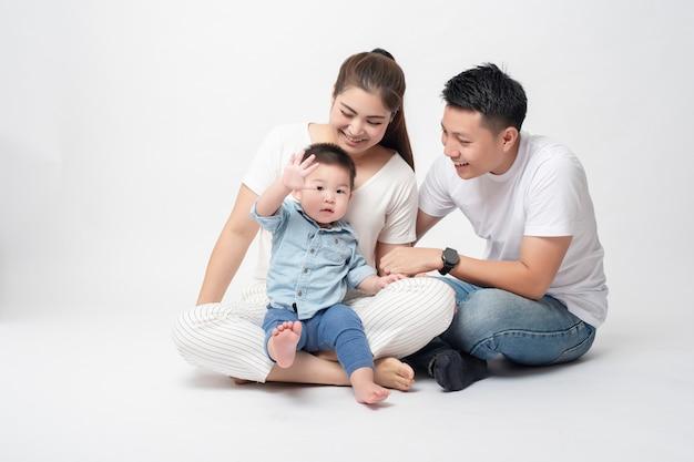 Glückliche asiatische familie genießen mit sohn Premium Fotos