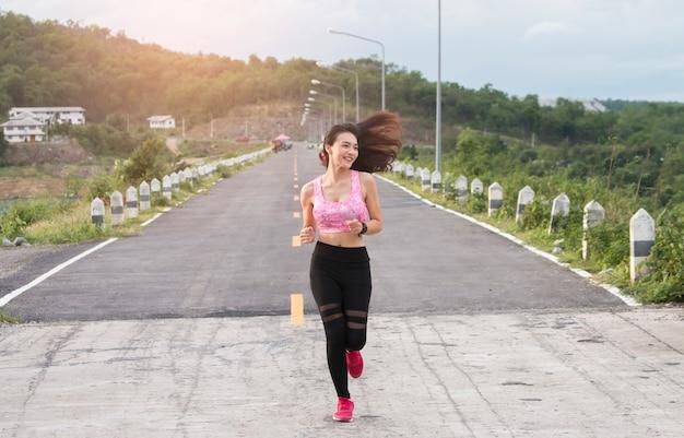 Glückliche asiatische frauen, die im freien laufen Premium Fotos