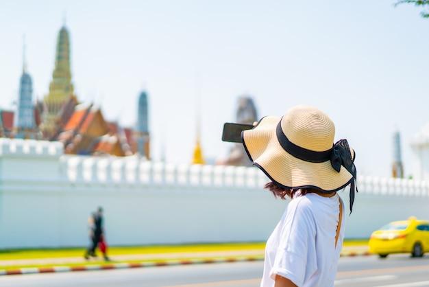 Glückliche asiatische frauen-reise in thailand Premium Fotos