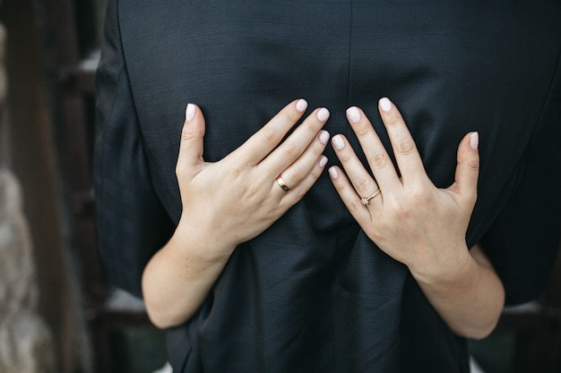 Glückliche braut umarmt ihren ehemann Kostenlose Fotos