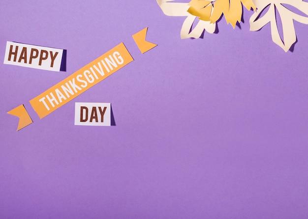 Glückliche danksagungs-tagesbeschriftung auf purpurrotem hintergrund Kostenlose Fotos