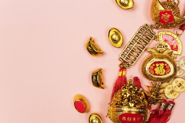 Glückliche dekoration des chinesischen neujahrsfests auf einem rosa hintergrund Premium Fotos