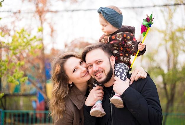 Glückliche eltern mit kind in der natur Kostenlose Fotos
