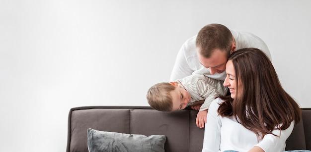 Glückliche eltern mit kind zu hause Kostenlose Fotos